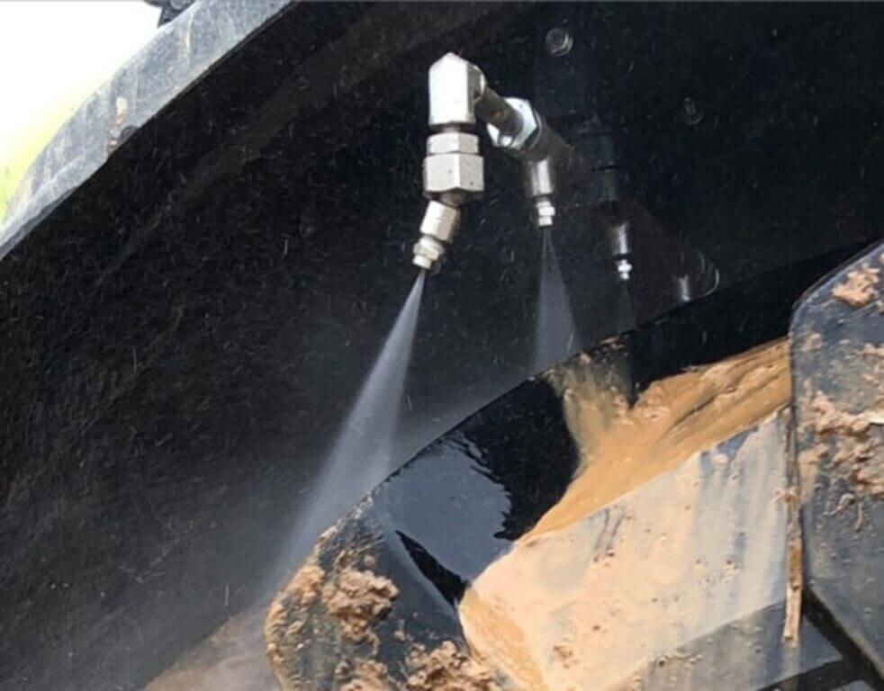 Des rampes de buses sont fixées sous les garde-boues du tracteur et des outils attelés