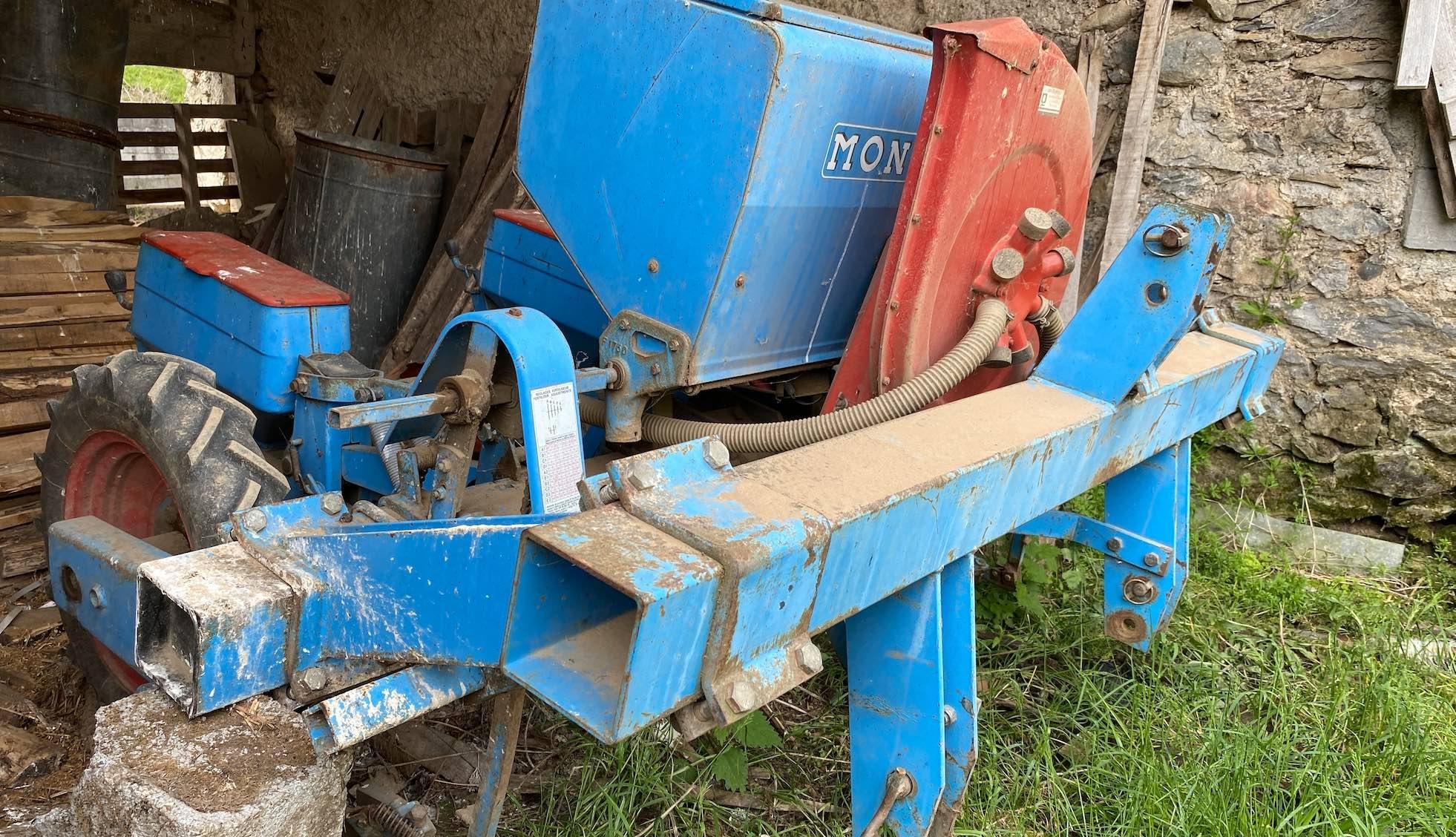 Le semoir deux rang, ressorti pour semer le lablab en décomposé et en décalé par rapport au maïs