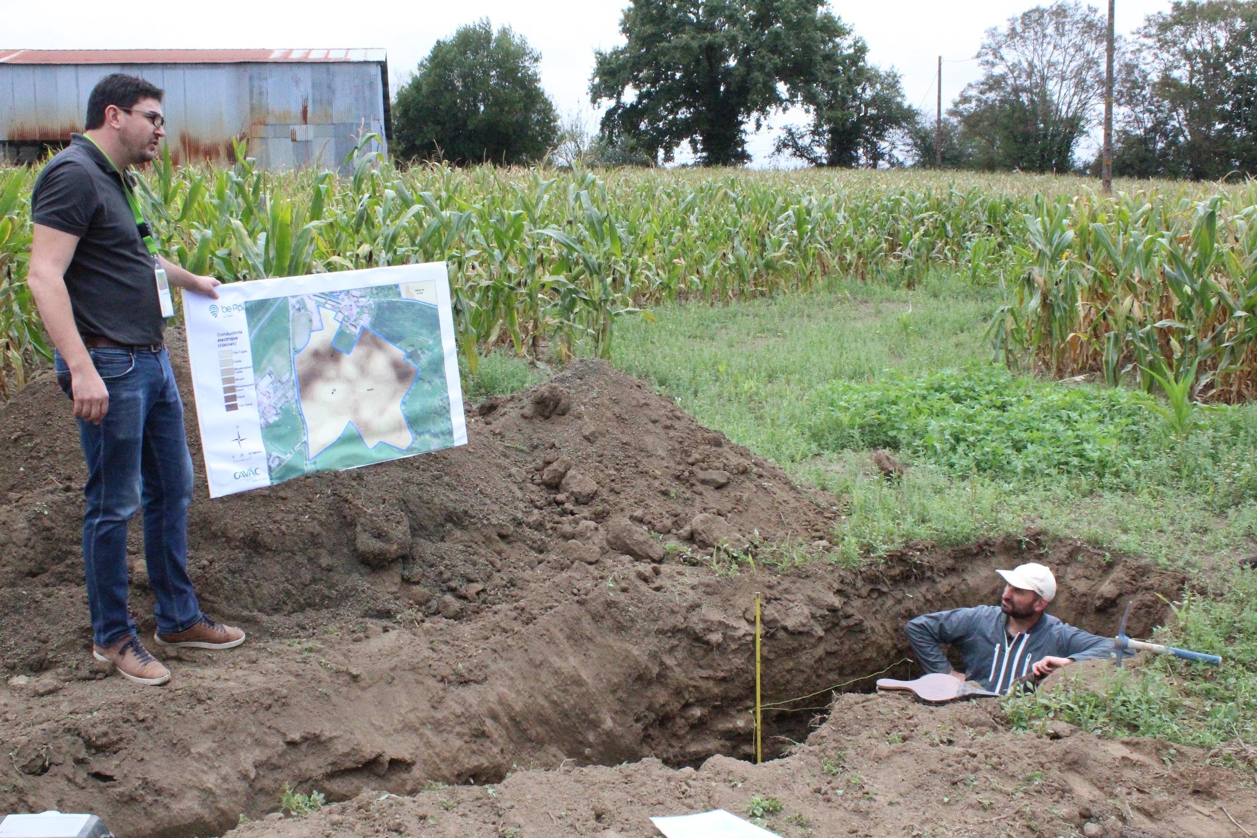 Antoine Moinard, référent Be Api à la Cavac, présente les cartes issues du diagnostic des sols que reçoivent les agriculteurs (crédits photo : Clément Henri)