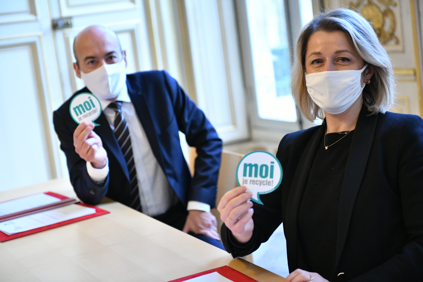 Signature de la prorogation de l'accord-cadre le 15 janvier 2021 entre Christophe Grison, président d'Adivalor, et  Barbara Pompili, ministre de la Transition écologique