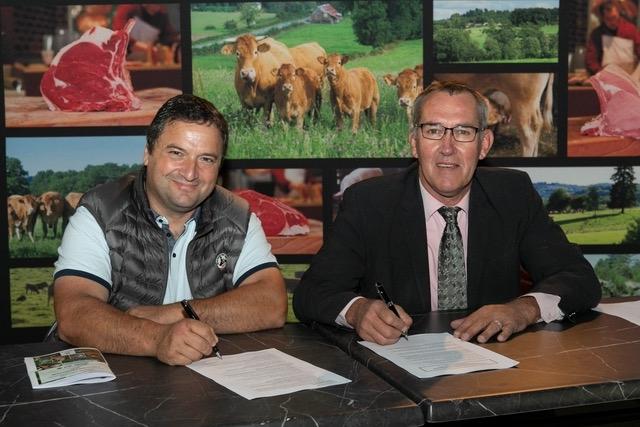 Michel Queille (à gauche) et Jean-Pierre Bonnet officialisent le ralliement de l'association Le Veau sous la mère à Limousin Promotion (Crédit photo : Limousin Promotion)