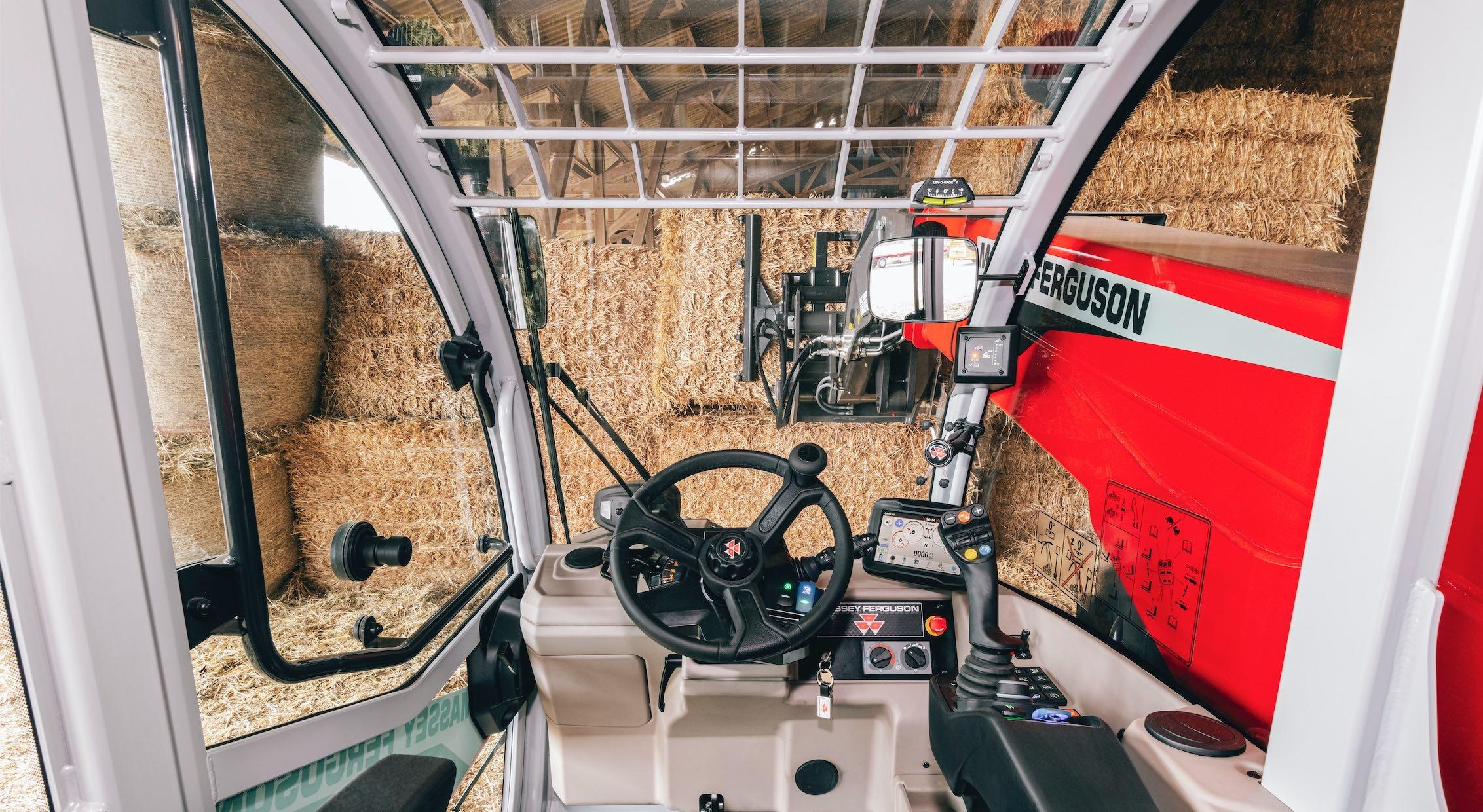 La nouvelle cabine offre une meilleure visibilité et une réduction de l'intensité sonore de 1,5 dBA sur route et jusqu'à 2 à 3 dBA au chargement