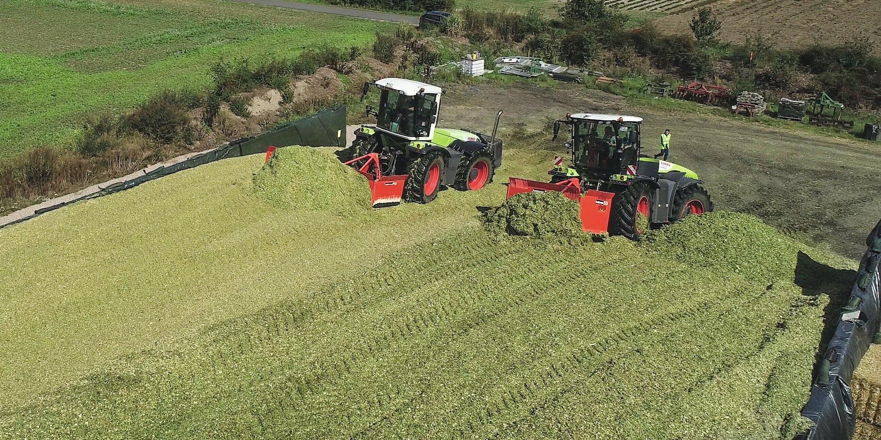 Avec respectivement 224 kg MS/m3 et 216 kg MS/m3, la qualité de tassement de l'ensilage en brins courts et du Shredlage n'a pas révélé d'écarts significatifs, y compris en surface, moyennant un tracteur de 18 t et 22 t